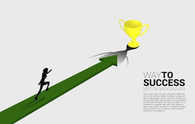 화살표에서 실행하는 사업가의 실루엣은 황금 트로피로 이동합니다. 사업 방향 및 미션 비전 개념