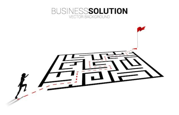 경로 경로에서 실행하는 사업가의 실루엣은 목표에 미로 주위를 이동합니다.