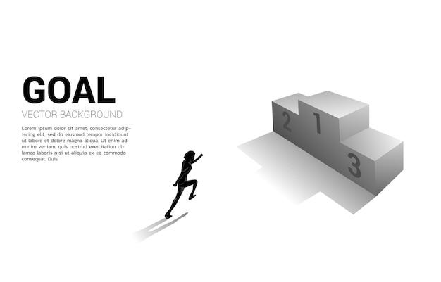 첫 번째 장소 연단을 실행하는 사업가의 실루엣. 승자와 성공의 비즈니스 개념