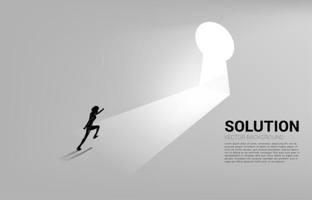 鍵穴のドアに移動するために走っているビジネスマンのシルエット。