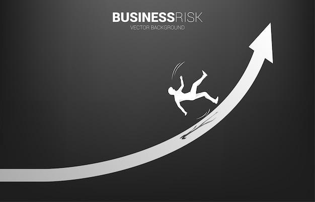 Силуэт бизнесмен скольжения и падения вниз от растущей стрелки.