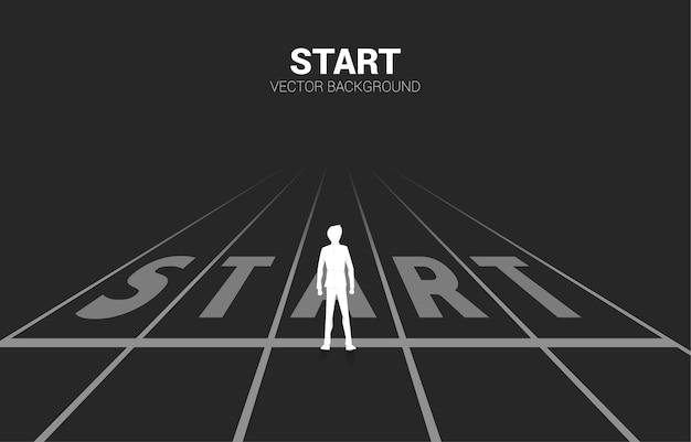 スタートラインに立っているビジネスマンのシルエット。キャリアとビジネスを始める準備ができている人々の概念