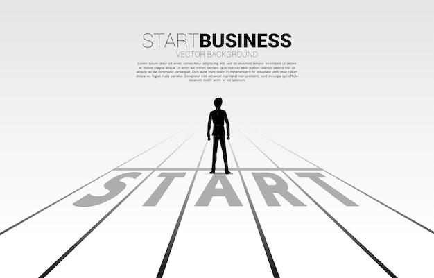 Силуэт бизнесмена, стоя на стартовой линии. концепция людей, готовых начать карьеру и бизнес