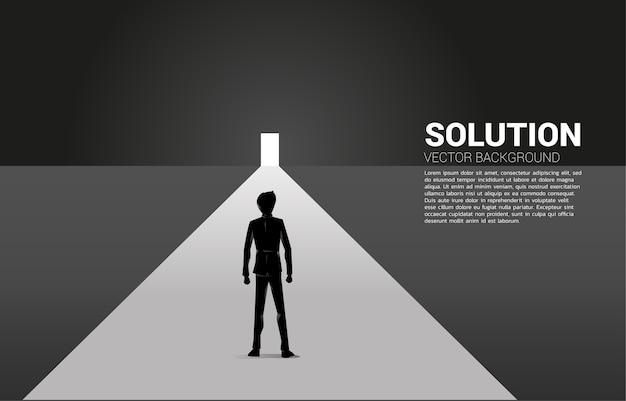 출구 문 앞에 서있는 사업가의 실루엣. 경력 시작 및 비즈니스 솔루션의 개념.