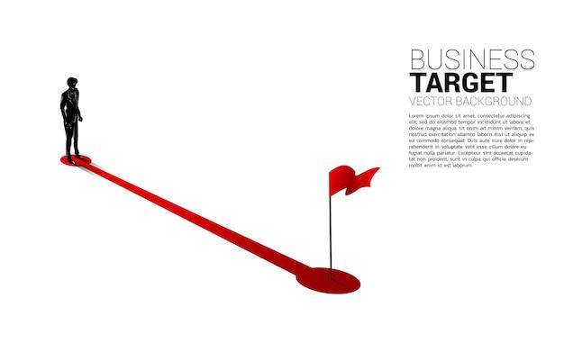 ゴールで赤い旗へのルートパスに立っているビジネスマンのシルエット。成功するためにキャリアとビジネスを始める準備ができている人々の概念。