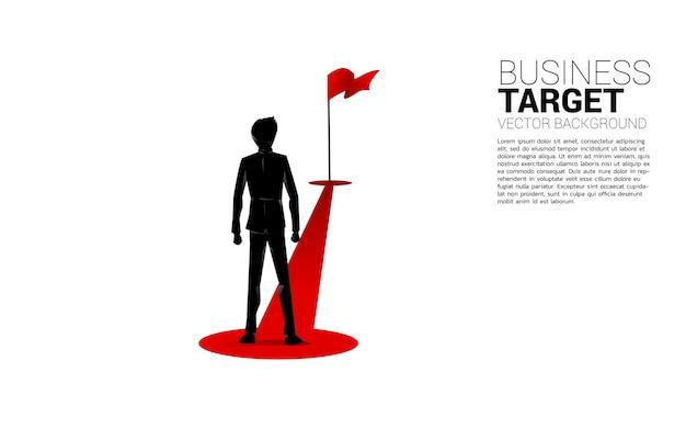 목표에 빨간 깃발 경로 경로에 서 있는 사업가의 실루엣. 경력과 비즈니스를 성공으로 시작할 준비가 된 사람들의 개념.