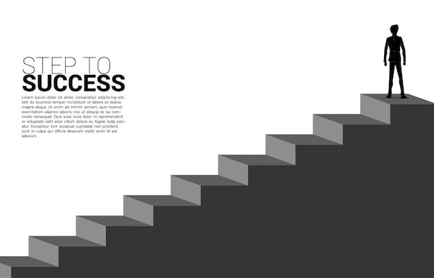 階段に立っているビジネスマンのシルエット。キャリアとビジネスのレベルを上げる準備ができている人々の概念。