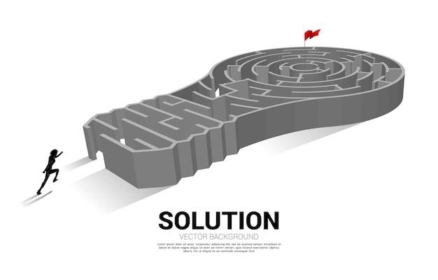미로 게임에서 전구와 함께 서 있는 사업가의 실루엣. 문제 해결 및 아이디어 찾기를 위한 비즈니스 개념입니다.