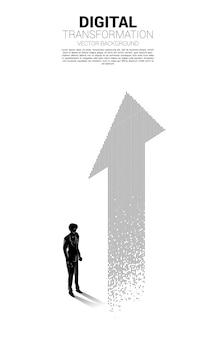 픽셀에서 화살표와 함께 서있는 사업가의 실루엣. 비즈니스의 디지털 전환 배너.