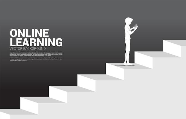 ビジネスマンのシルエットは、階段に立っている携帯電話を使用しています。キャリアとビジネスのレベルを上げる準備ができている人々の概念。