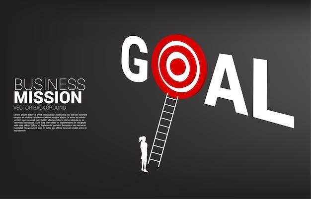 目標単語でダーツボードをターゲットに梯子を持ったビジネスマンのシルエット。ビジョンミッションのコンセプトとビジネスの目標