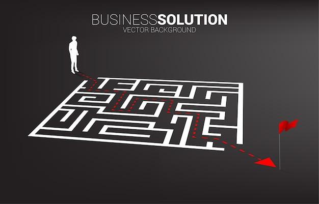 미로 종료 경로 경로와 사업가의 실루엣. 문제 해결 및 아이디어 찾기를위한 비즈니스 개념.