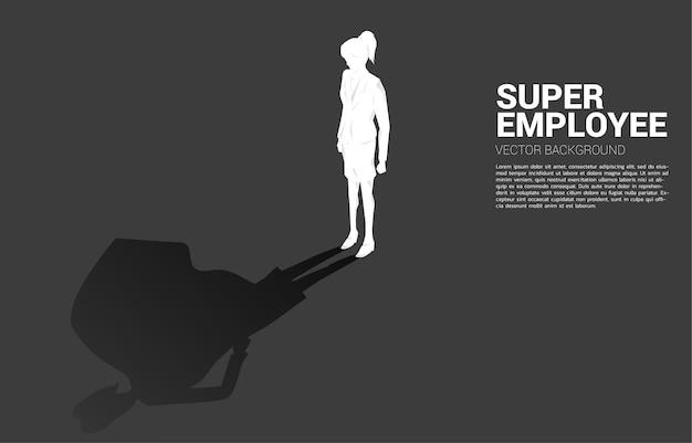 Силуэт бизнес-леди и ее тень супергероя. концепция расширения возможностей и управления человеческими ресурсами