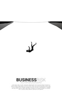 로프 도보 방법에서 아래로 떨어지는 사업가의 실루엣. 비즈니스 위험 및 실패에 대한 개념