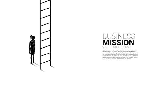 はしごで上がる準備ができている実業家のシルエット。