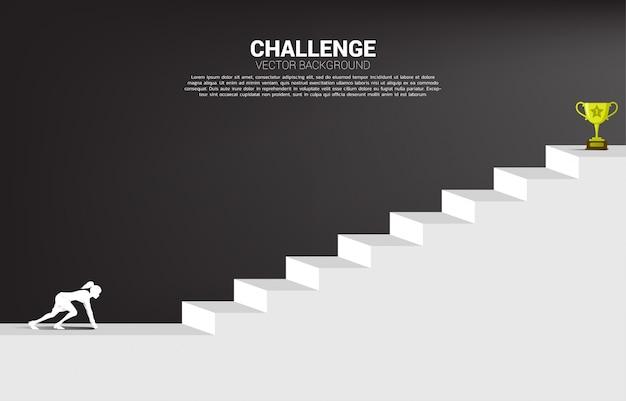Силуэт коммерсантки готовый для того чтобы побежать к трофею наверху лестницы. концепция видения миссии и цели бизнеса
