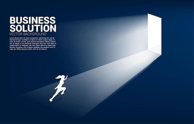 문을 나가기 위해 달리는 사업가의 실루엣입니다. 경력 시작 및 비즈니스 솔루션의 개념입니다.