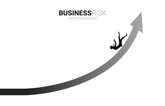 사업가 슬립 및 성장 화살표에서 아래로 떨어지는 실루엣. 실패 및 우발적 비즈니스에 대한 개념