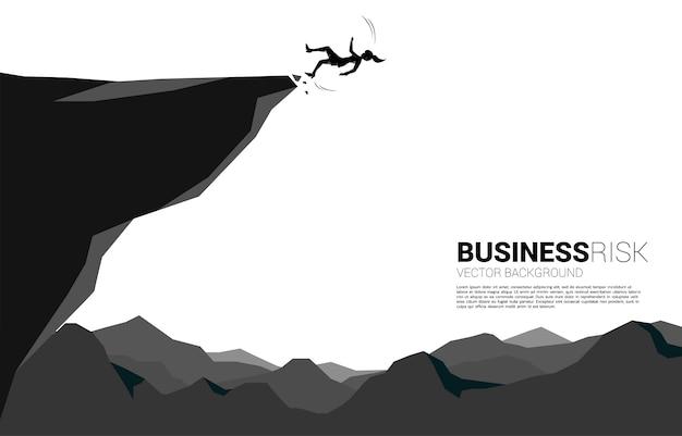 実業家のシルエットが滑って転倒