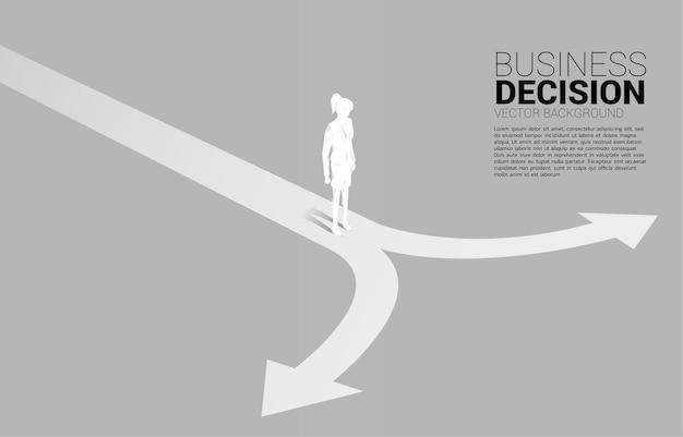 Силуэт деловой женщины, стоящей на перекрестке. понятие времени для принятия решения в деловом направлении