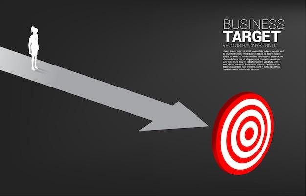 Силуэт деловой женщины, стоящей на пути к центру мишени. бизнес-баннер маршрута к цели и прямой к цели.