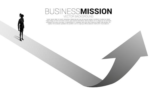 Силуэт деловой женщины, стоящей на стрелке вверх. концепция карьерного роста и начать бизнес