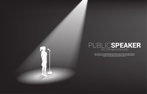 Силуэт деловой женщины, стоя с микрофоном. концепция фронтмена и публичных выступлений.