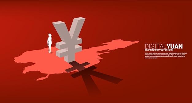 중국 지도에 그림자가 있는 3d 돈 위안 통화 아이콘으로 서 있는 사업가의 실루엣. 디지털 위안 금융 및 은행에 대한 개념입니다.