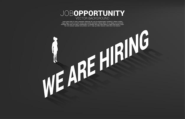 Силуэт деловой женщины, стоящей с мы нанимаем текст заголовка. фоновая концепция для возможности трудоустройства и карьеры.