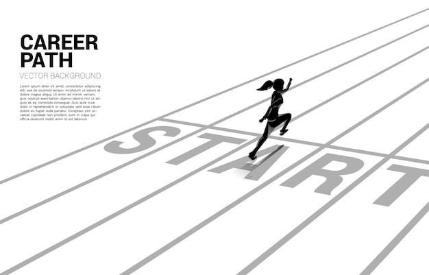 사업가의 실루엣은 출발선에서 달리기 시작합니다. 경력과 사업을 시작할 준비가 된 사람들의 개념