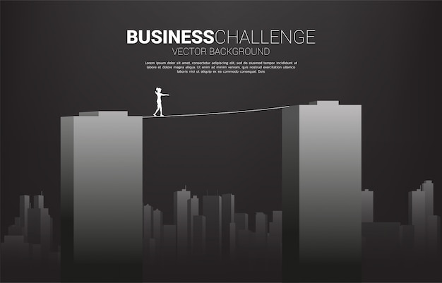 建物を横切ってロープの散歩道を歩く実業家のシルエット。ビジネスリスクの概念とキャリアパスの課題