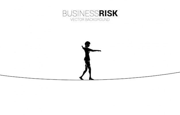 Силуэт бизнесвумен, ходьба по канатной дороге путь. концепция бизнес-риска и проблемы в карьере