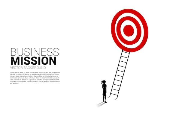 ダーツボードをターゲットに梯子で実業家のシルエット。ビジョンミッションのコンセプトとビジネスの目標