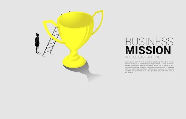 챔피언 트로피 꼭대기에 사다리를 가진 사업가의 실루엣. 비전 미션 및 비즈니스 목표의 개념