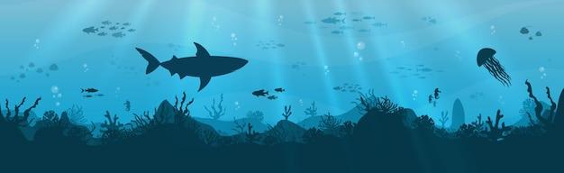 푸른 바다 배경에 물고기와 스쿠버 다이버가 있는 산호초의 실루엣