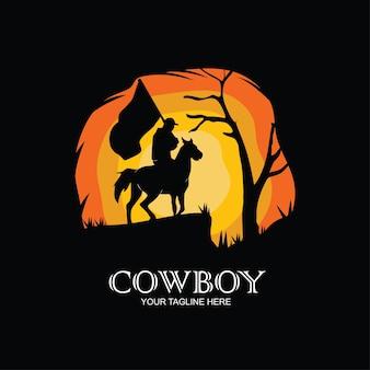 日没時の乗馬のカウボーイのシルエット