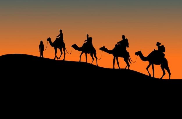 4人のラクダライダーのシルエット。夕日を背景に上り坂