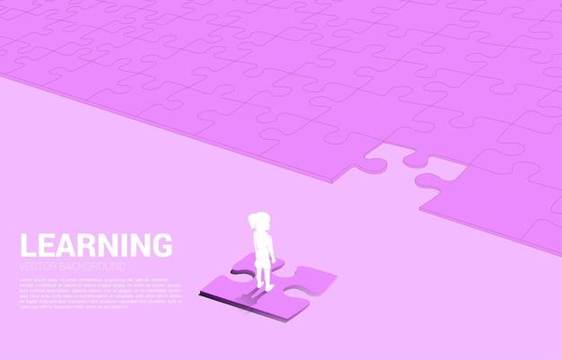 퍼즐에 서있는 여자의 실루엣