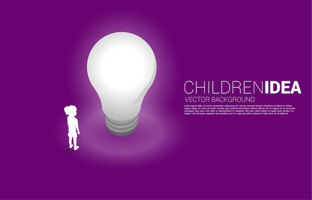 전구와 함께 서 있는 여자의 실루엣입니다. 교육 솔루션의 개념과 어린이의 미래.