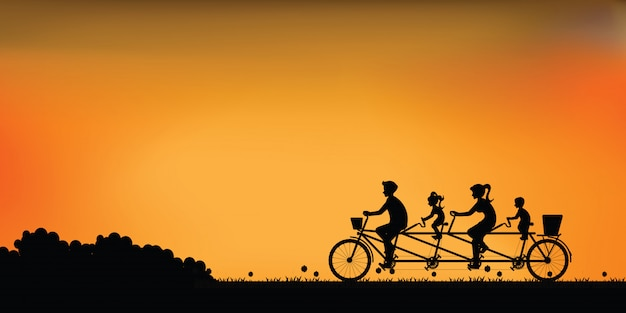 일몰에서 아름 다운 하늘 함께 행복 한 가족 자전거 탠덤 자전거의 실루엣.
