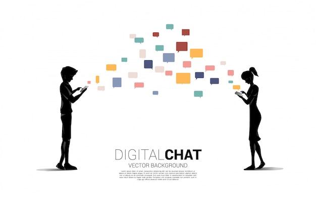 남자와 여자의 실루엣 휴대 전화에서 채팅을 사용합니다. 모바일 채팅 응용 프로그램 및 디지털 생활에 대한 개념.