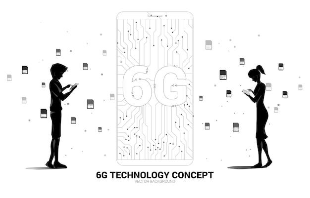 Силуэт мужчины и женщины используют мобильный телефон с иконкой мобильного телефона в стиле печатной платы с точкой 6g. концепция передачи данных мобильной сети передачи данных.