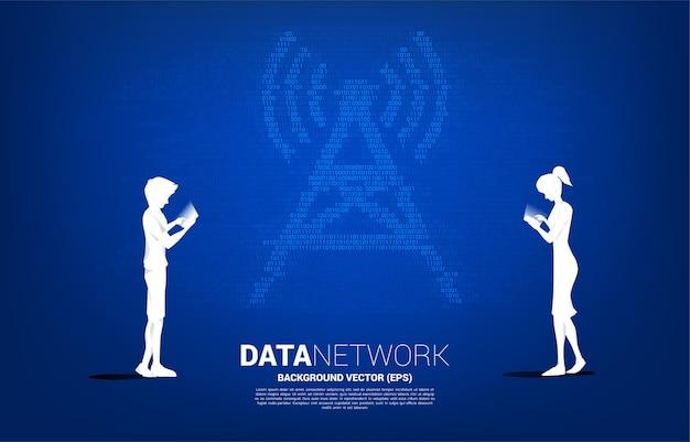 남자와 여자의 실루엣 안테나 타워 아이콘 이진 코드 스타일로 휴대 전화를 사용합니다. 모바일 및 wi-fi 데이터 네트워크의 데이터 전송 개념.