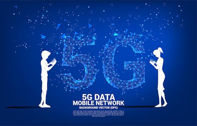 男と女のシルエットは、未来的なポリゴンドット接続線背景で携帯電話を使用します。自宅から離れた場所で仕事をするためのコンセプトとテクノロジー。