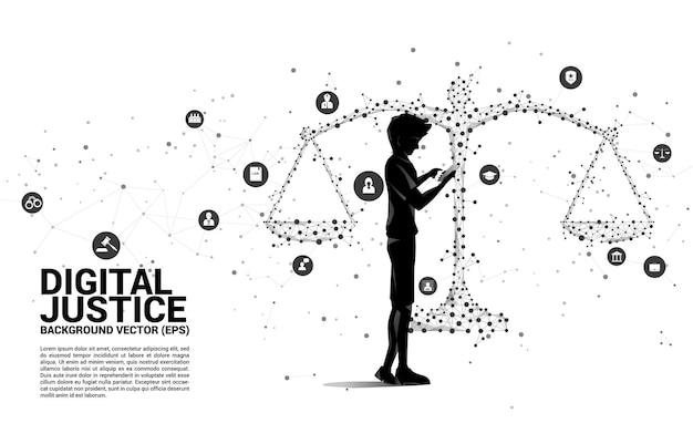 男のシルエットは、点と線の接続とアイコンから正義のスケールのポリゴンスタイルで立っている携帯電話を使用しています。犯罪と法制度の背景概念