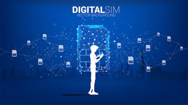 男のシルエットは、都市の背景にデジタルsimドット接続線で携帯電話を使用します。モバイル技術とネットワークのコンセプトです。