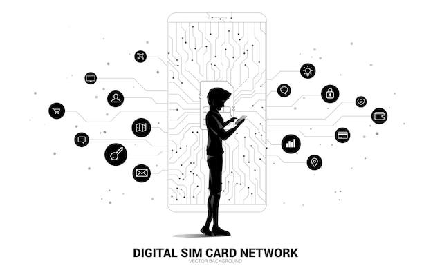 Силуэт человека использует мобильный телефон с цифровой сим-картой из линии, соединяющей точечный стиль печатной платы.