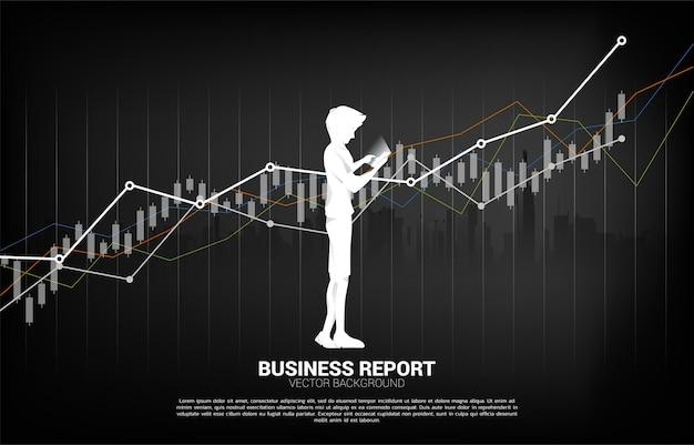 남자의 실루엣 보고서 그래프와 함께 휴대 전화를 사용합니다.