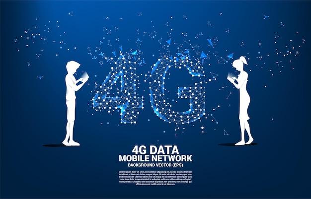 다각형 도트 연결 선 모양의 4g 모바일 네트워크와 함께 휴대 전화를 사용하는 사람의 실루엣. 휴대 전화 데이터 sim 카드 기술에 대한 개념입니다.