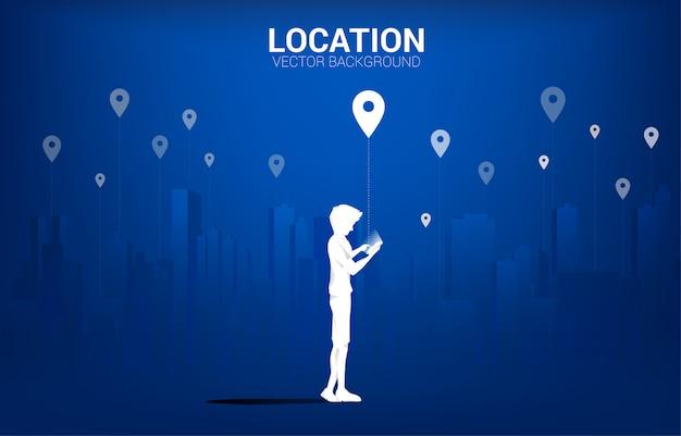 Силуэт человека с мобильным и значок gps с фоне города. понятие местоположения и места расположения объекта, технология gps